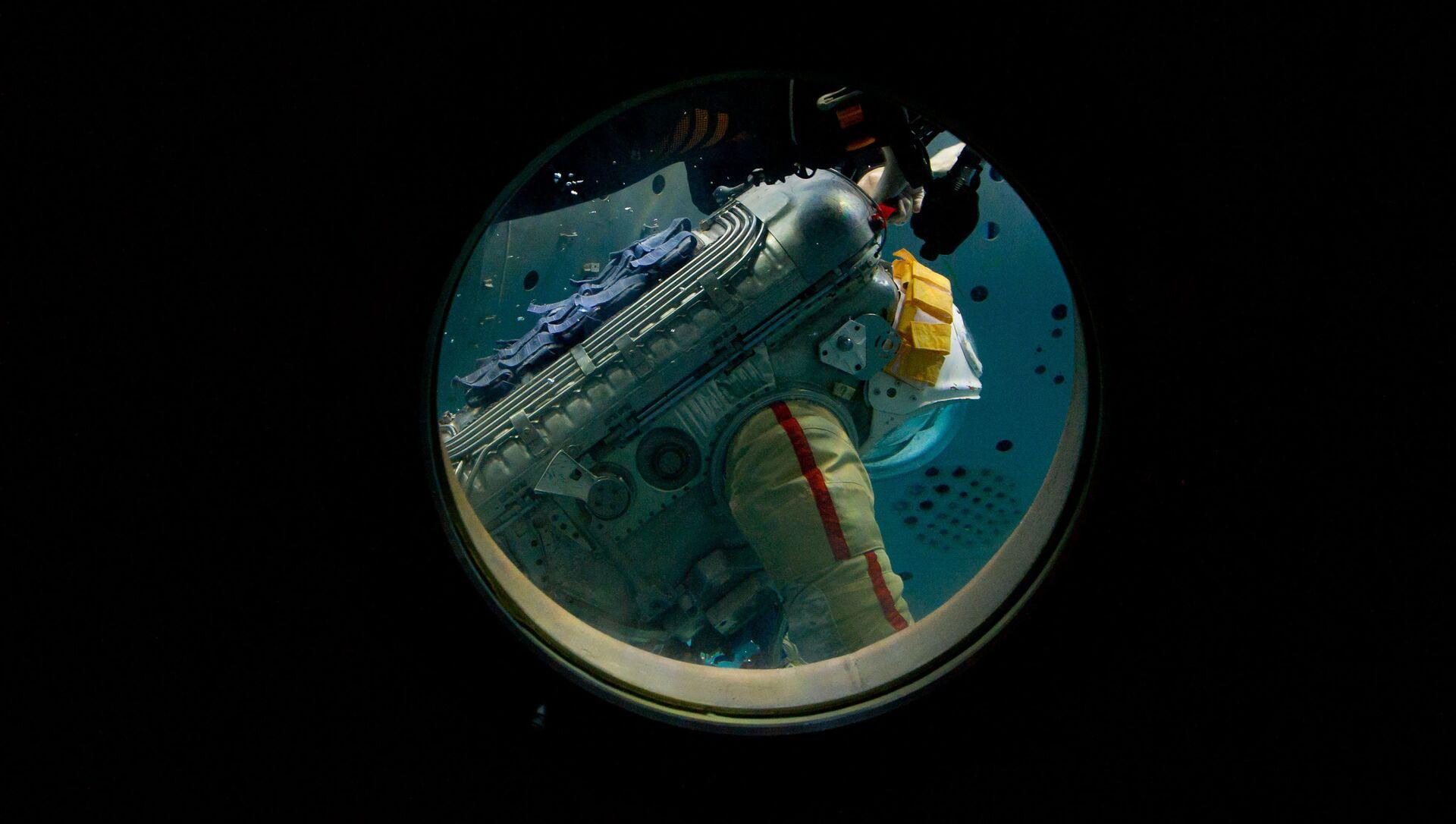 El cosmonauta de Roscosmos Oleg Artémiev durante el entrenamiento de una caminata espacial en el hidrolaboratorio del Centro de Entrenamiento de Cosmonautas Yuri Gagarin (archivo) - Sputnik Mundo, 1920, 09.07.2020