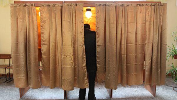 Una persona votando - Sputnik Mundo