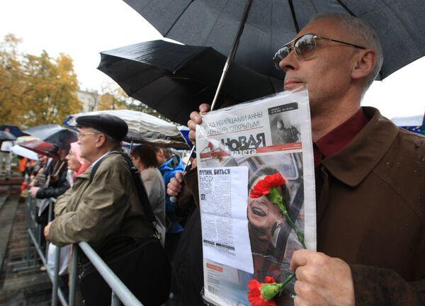 Defensores de derechos humanos, artistas y colaboradores de Nóvaya Gazeta en que había trabajado la periodista Ana Politkóvskay, se reunieron en un mitin fúnebre. Archivos - Sputnik Mundo