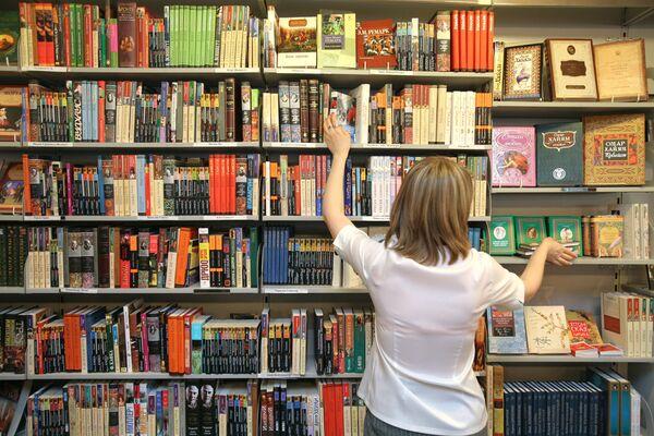 Продавец раскладывает книги на полки - Sputnik Mundo