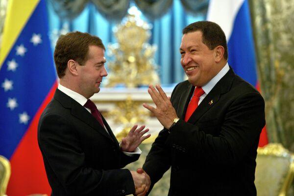 El presidente ruso Dmitri Medvédev con su homólogo venezolano Hugo Chávez - Sputnik Mundo