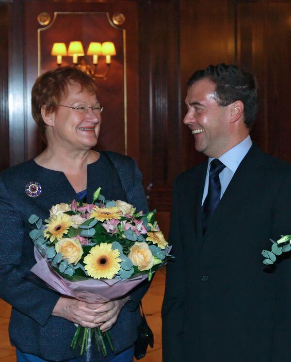 La presidenta finlandesa Tarja Halonen con su homólogo ruso Dmitri Medvédev - Sputnik Mundo
