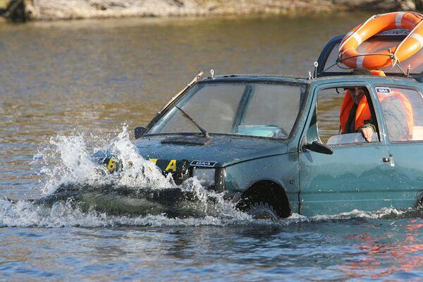 Ruso moderniza su coche en automóvil anfibio - Sputnik Mundo