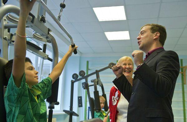Dmitri Medvédev muestra su buena forma física en un gimnasio escolar - Sputnik Mundo