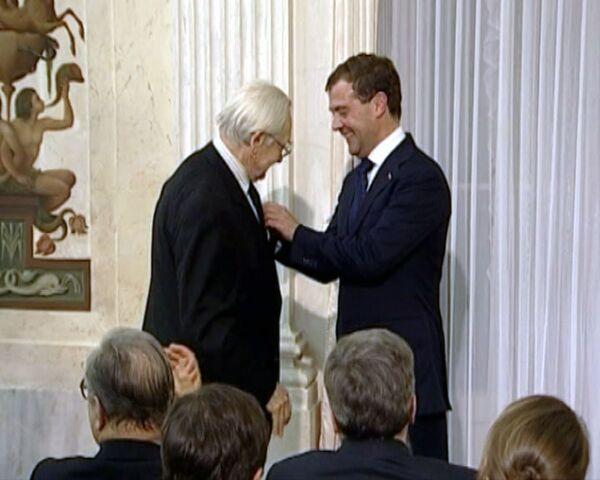 Medvédev condecora al director de cine polaco Andrzej Wajda y visita la zona antigua de Varsovia  - Sputnik Mundo