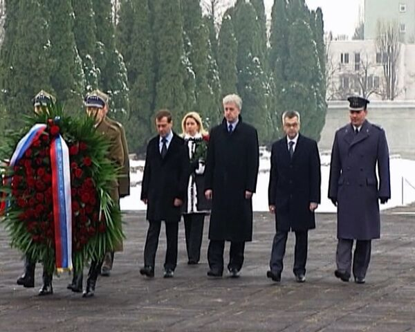 Medvédev y veteranos de guerra polacos honran la memoria de los combatientes soviéticos  - Sputnik Mundo