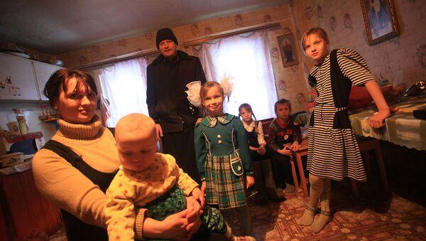 En vísperas de la fiesta el padre visita una familia de 7 hijos - Sputnik Mundo