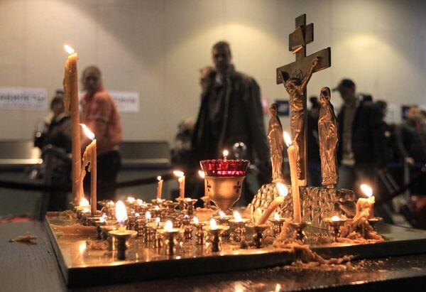 Moscovitas asisten a oficios religiosos en memoria a víctimas del atentado en Domodédovo  - Sputnik Mundo