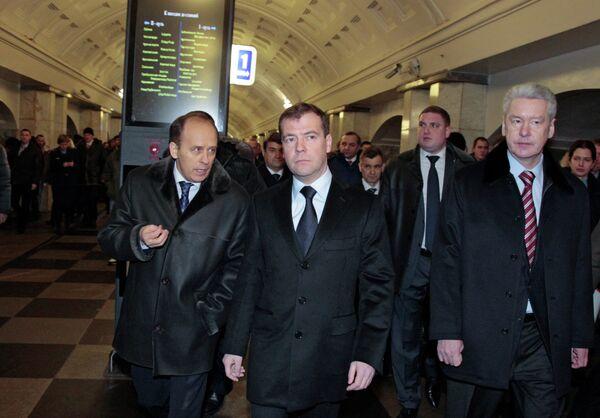 Dmitri Medvédev en el metro de Moscú - Sputnik Mundo