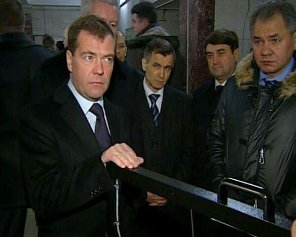 Medvédev inspecciona la seguridad del metropolitano moscovita - Sputnik Mundo