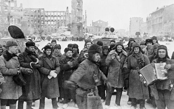 Soldados celebrando la victoria en la batalla de Stalingrado - Sputnik Mundo