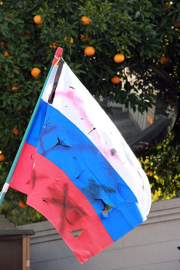 Rusia eleva protesta ante Japón por su negativa a procesar a los extremistas que profanaron la bandera rusa - Sputnik Mundo