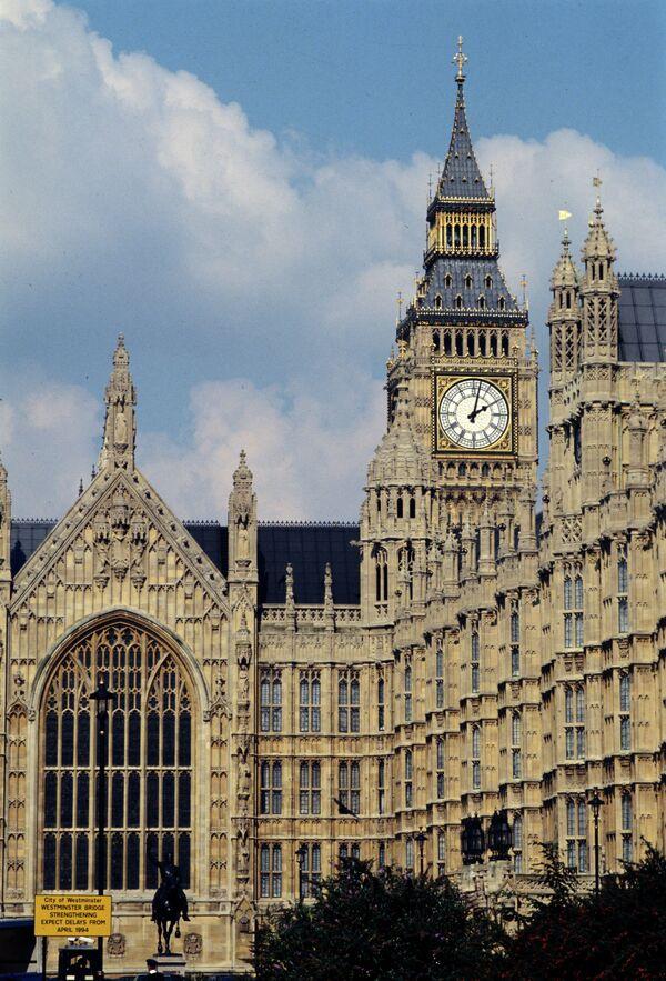 Un diputado se disculpa por jugar en tableta durante una sesión en el parlamento británico - Sputnik Mundo
