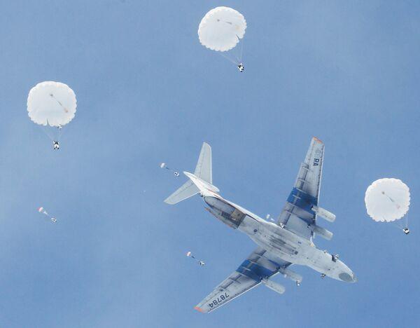 Rusia planea equipar con robots sus tropas rusas de desembarco aéreo - Sputnik Mundo