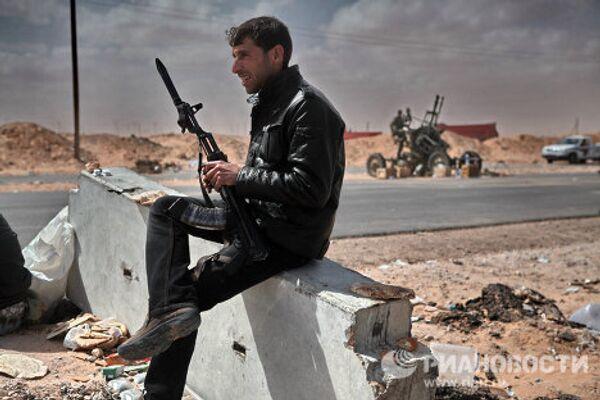 Duros combates entre rebeldes y fuerzas de Gadafi por el control de Ras Lanuf - Sputnik Mundo