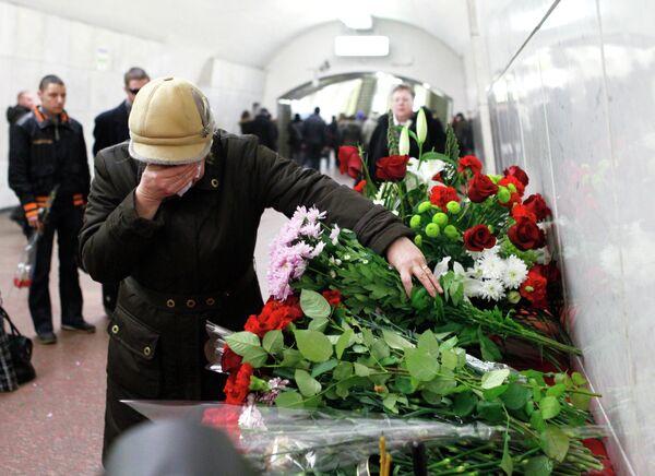 Moscovitas rinden homenaje a víctimas de atentados en metro capitalino - Sputnik Mundo