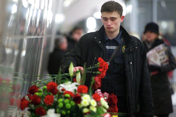 Los moscovitas no se olvidaron de los fallecidos, y el pasado  lunes, 28 de marzo, decenas de personas llevaron flores en memoria de la tragedia. - Sputnik Mundo