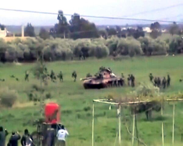 Ejército de Siria ocupa la ciudad de Deraa con tanques y tanquetas - Sputnik Mundo
