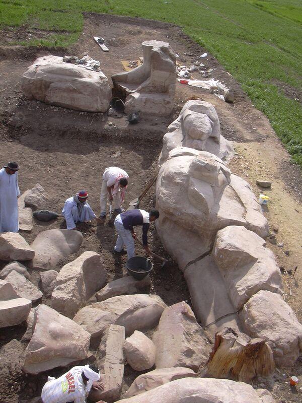 Hallan en Luxor fragmentos de la estatua más grande del faraón Amenhotep III - Sputnik Mundo