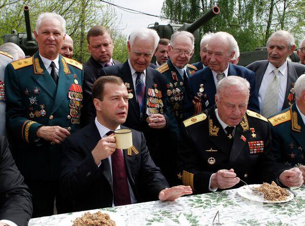 Medvédev participa en actos conmemorativos en vísperas del Día de la Victoria - Sputnik Mundo
