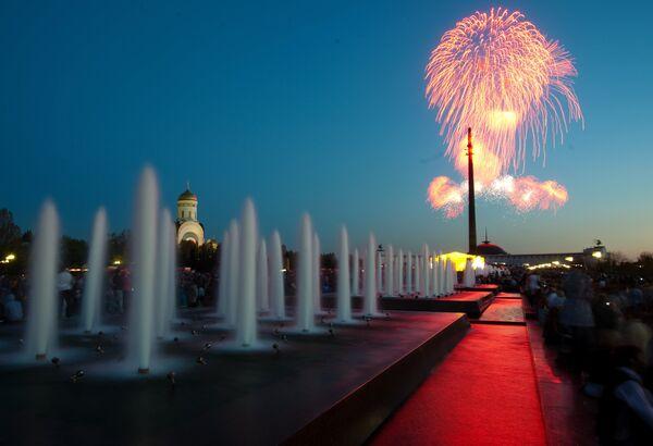 Fuegos artificiales con motivo del Día de la Victoria - Sputnik Mundo