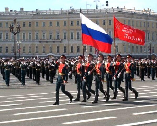 Más de tres mil soldados desfilaron en la Plaza del Palacio de Invierno en San Petersburgo - Sputnik Mundo