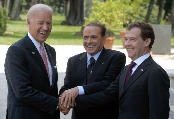 Joseph Biden, Silvio Berlusconi y Dmitri Medvédev  - Sputnik Mundo