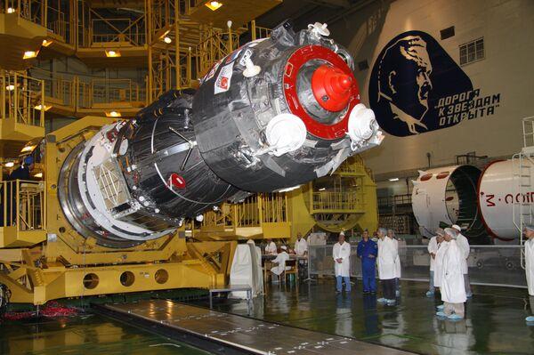 El cohete con el Soyuz TMA-02M colocado en la rampa para ser lanzado hacia la ISS - Sputnik Mundo
