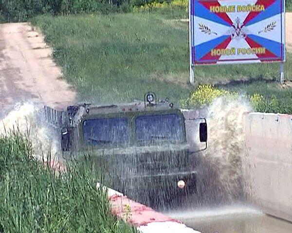 "Militares rusos exhiben modelo modificado del blindado ""Tigr"" - Sputnik Mundo"