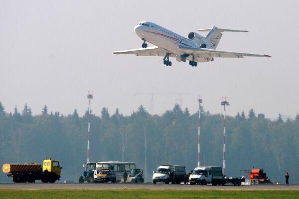 Deslumbran con láser a pilotos de tres aviones que aterrizaban en Moscú - Sputnik Mundo