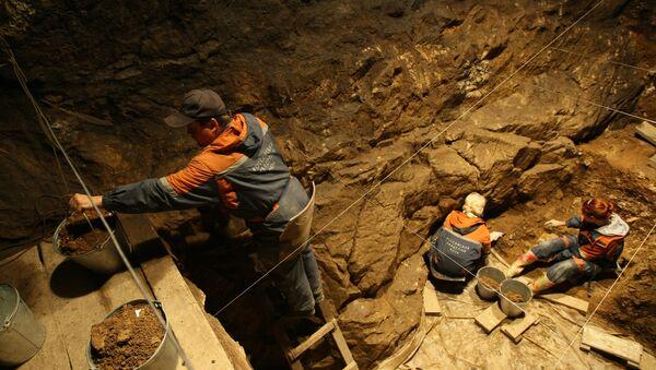 Investigadores del Instituto de Arqueología y Etnografía de la filial de la Academia de Ciencias de Rusia en Siberia están trabajando en una de las galerías de la cueva de Denísova - Sputnik Mundo