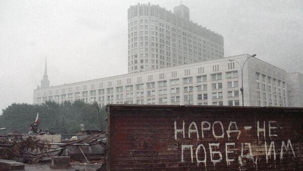 Barricadas cerca de la sede del Sóviet Supremo (Parlamento) de la URSS durante la intentona golpista de 1991. - Sputnik Mundo