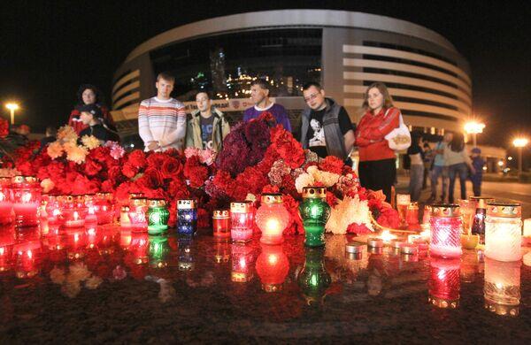 Flores y velas en memoria a los jugadores de hockey rusos - Sputnik Mundo