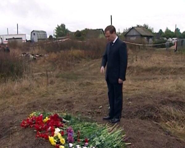 Presidente de Rusia deposita flores en el lugar del accidente aéreo en Yaroslavl - Sputnik Mundo