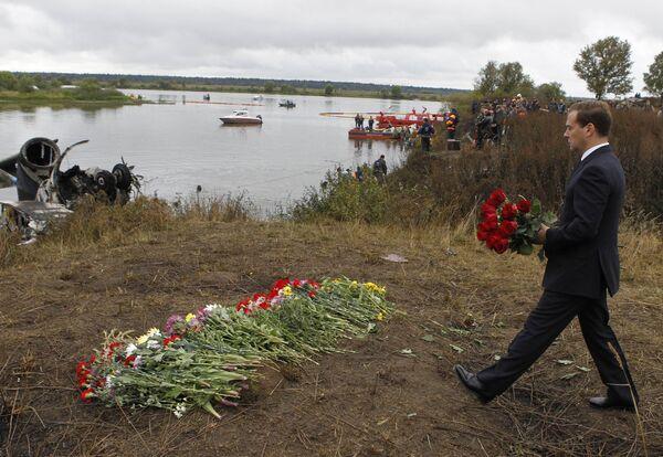 Dmitri Medvedev visitó esta mañana el lugar del accidente aéreo del Yak-42  - Sputnik Mundo