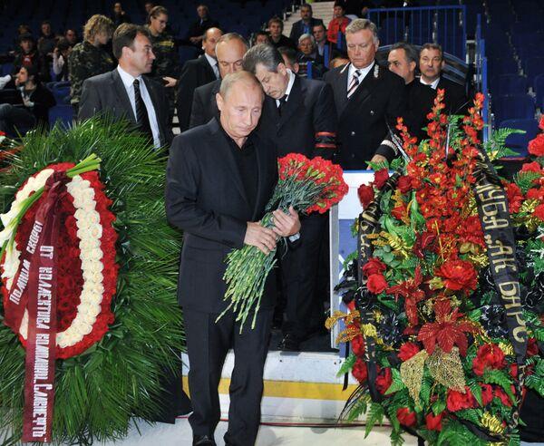 Vladímir Putin rinde tributo a las víctimas del accidente de YaK-42 - Sputnik Mundo