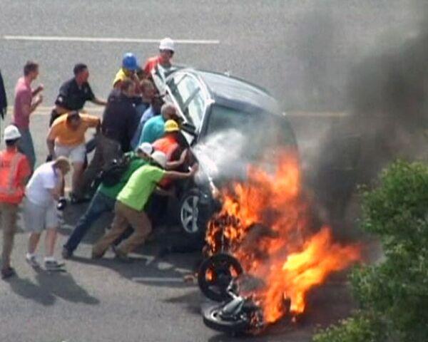 Transeúntes salvan a hombre atrapado bajo vehículo en llamas - Sputnik Mundo