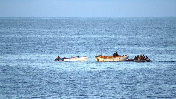 Fuerzas navales de la UE realizan primer ataque aéreo contra equipos piratas en costa de Somalia - Sputnik Mundo