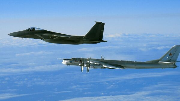 El bombardero ruso Tu-95 y el caza estadounidense F-15 - Sputnik Mundo