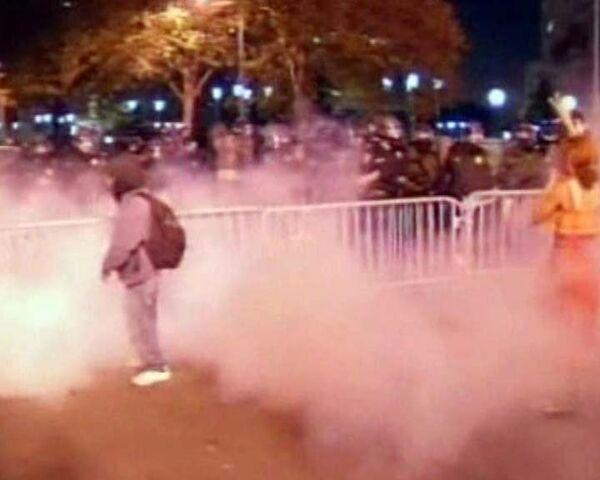 Policía emplea gases lacrimógenos para dispersar a manifestantes en California - Sputnik Mundo