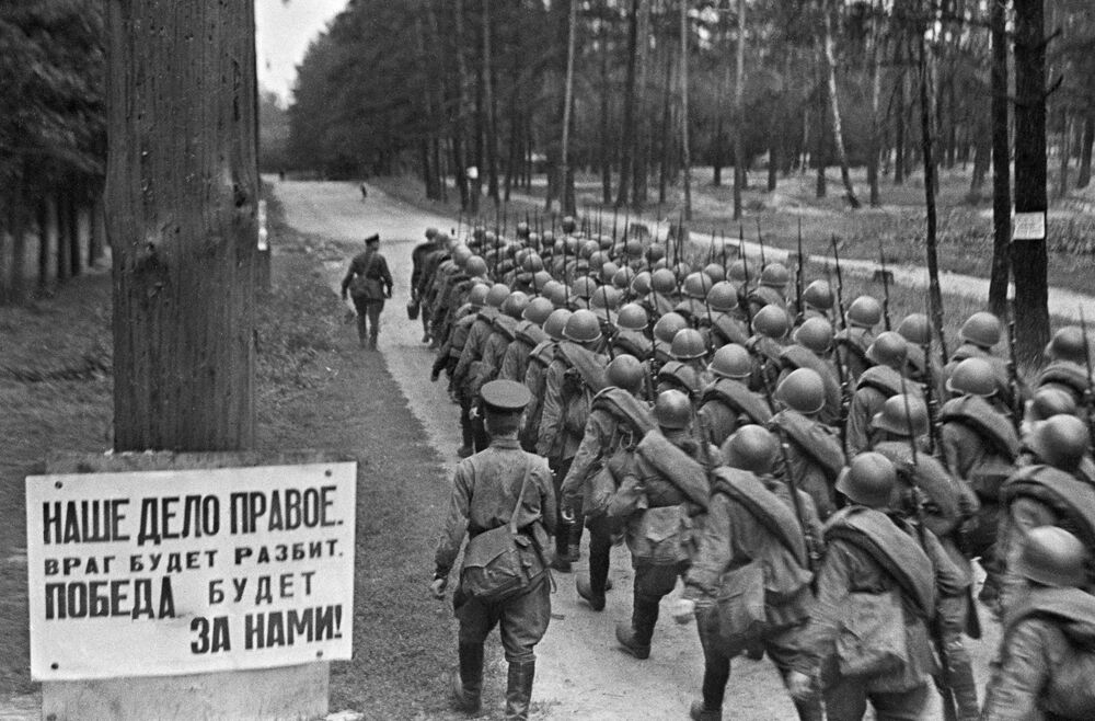 Movilización. Columnas de soldados se dirigen al frente. 23 de junio de 1941