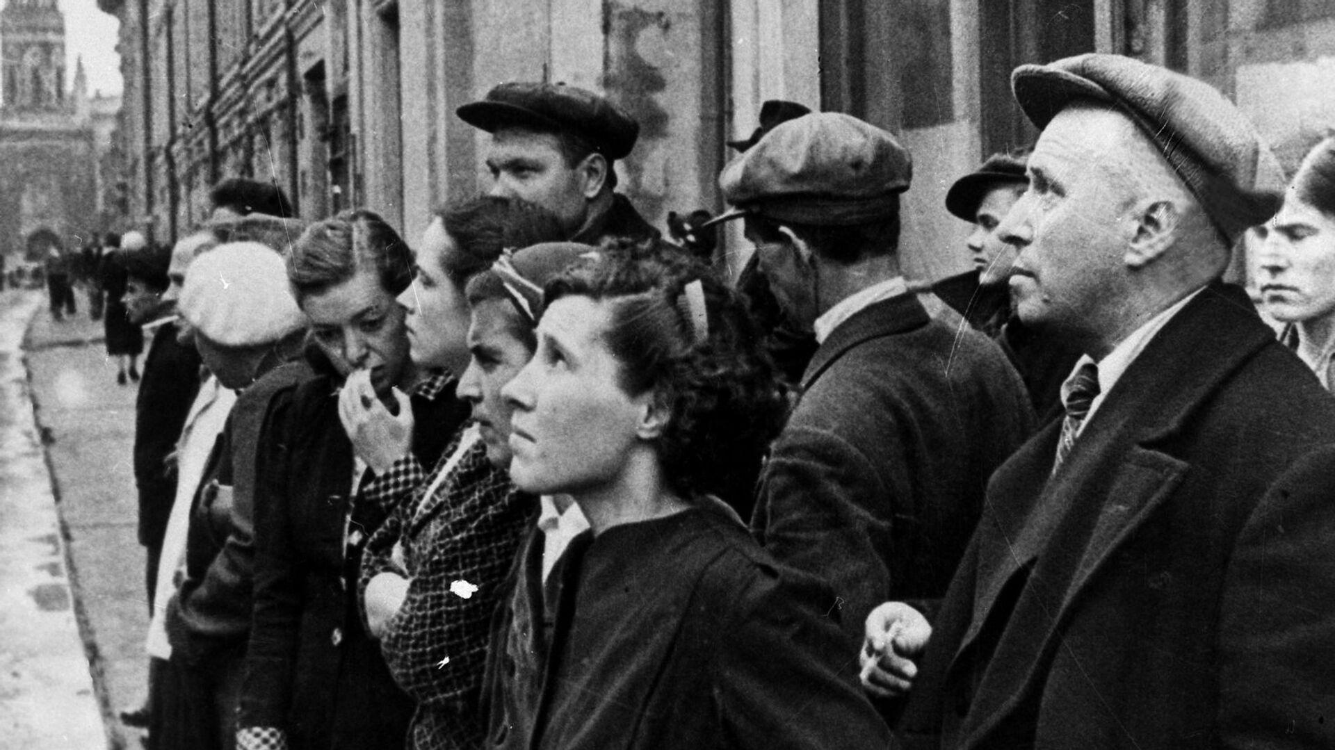 La Gran Guerra Patria 1941-1945. Los moscovitas escuchan el comunicado del gobierno sobre la invasión de la Alemania Nazi el 22 de junio de 1941. - Sputnik Mundo, 1920, 23.06.2021