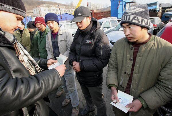 Tayikistán crea grupo de apoyo a sus migrantes tras anuncio ruso de expulsiones - Sputnik Mundo