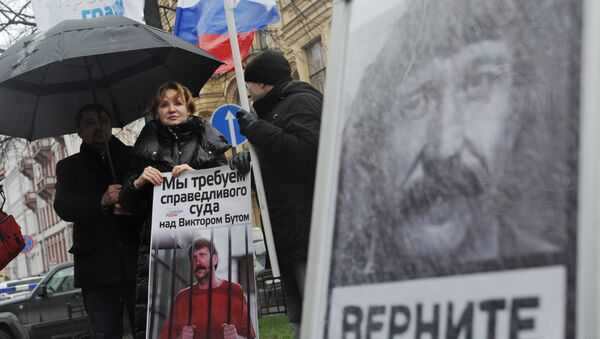 Супруга Виктора Бута участвует в пикетировании консульства США в Санкт-Петербурге - Sputnik Mundo