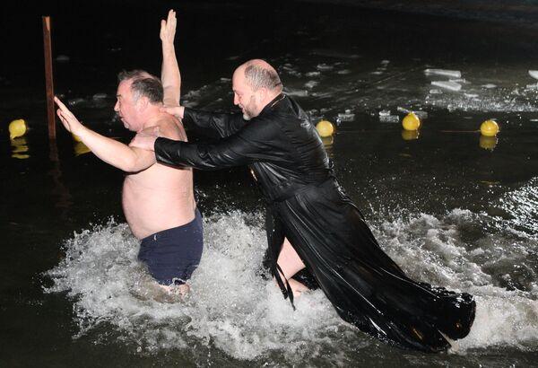 Baños de la Epifanía en Rusia y Bielorrusia - Sputnik Mundo