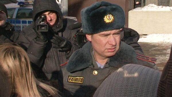 Policía impide a jóvenes moscovitas hacer manifestación de apoyo a Putin  - Sputnik Mundo
