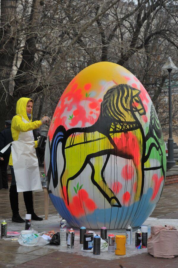 "Cincuenta huevos pascuales gigantes creados durante el festival ""Arte vivo"" - Sputnik Mundo"