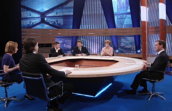Medvédev sale airoso de los asuntos más delicados en su entrevista televisiva - Sputnik Mundo