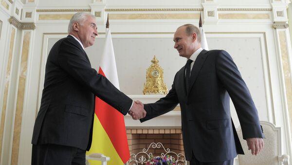 Presidente de Osetia del Sur, Leonid Tibílov, y presidente de Rusia, Vladímir Putin (archivo) - Sputnik Mundo