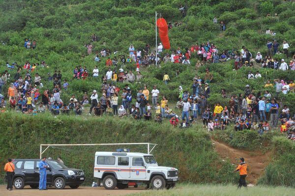 Socorristas trabajarán hasta recuperar todas las víctimas del accidente de avión en Indonesia - Sputnik Mundo